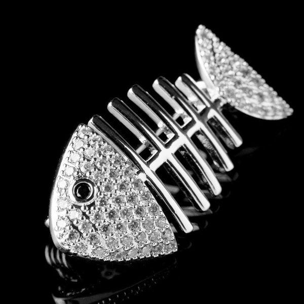 Брошь в форме скелета рыбы со стразами