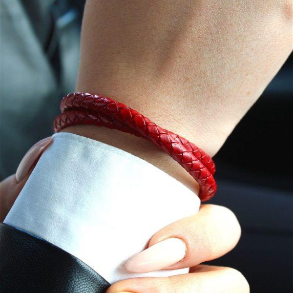 Красный кожаный браслет на руку