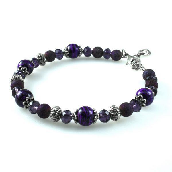 Женский браслет из фиолетовых бусин