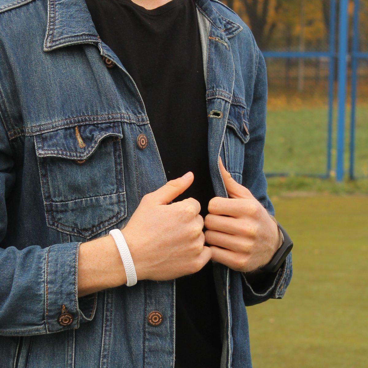 Белый браслет из кожи на мужской руке