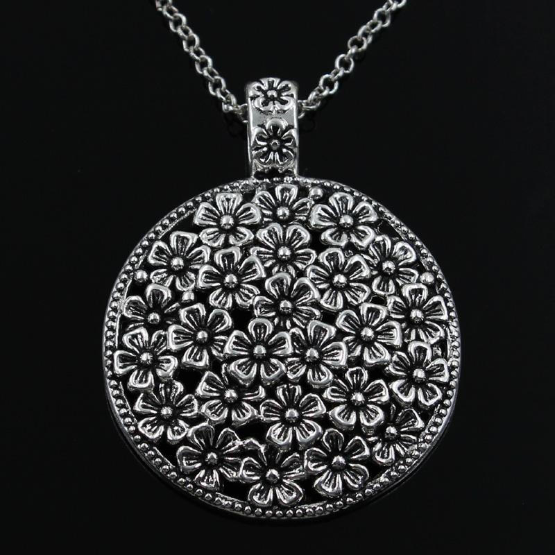 Медальон с цветочками на чёрном фоне
