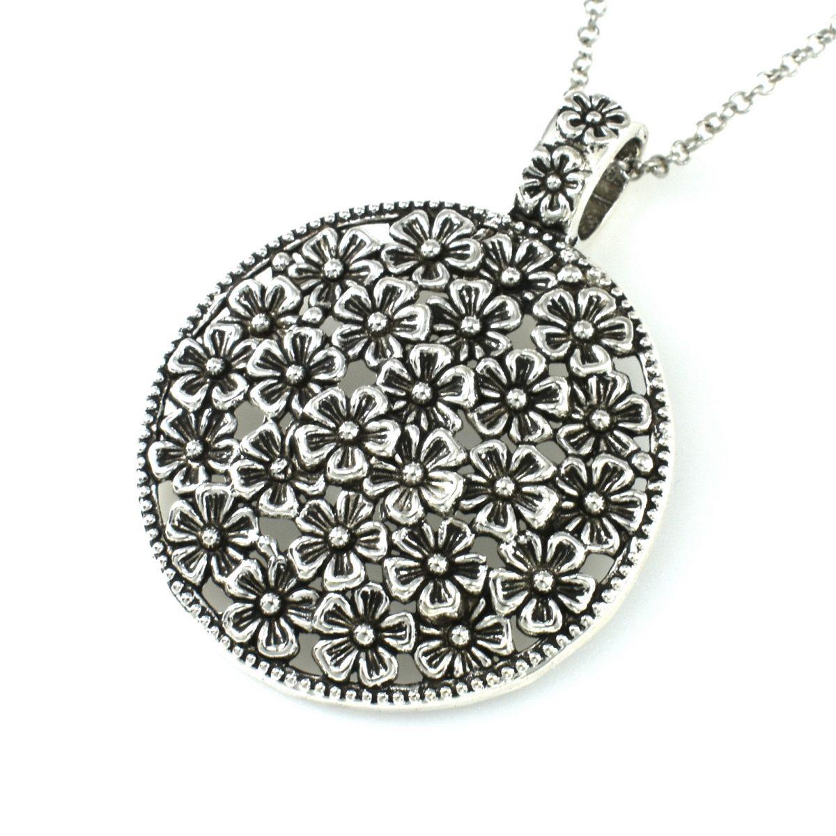 Женский медальон с цветочками серебристого цвета