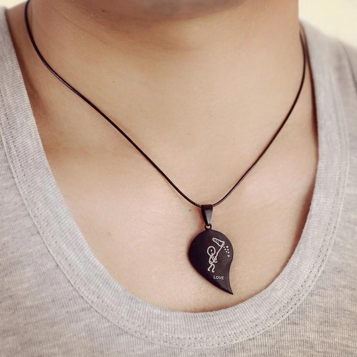 Кулон в виде половинки сердца на шее