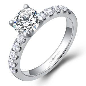 Серебристое кольцо для помолвки с бриллиантами