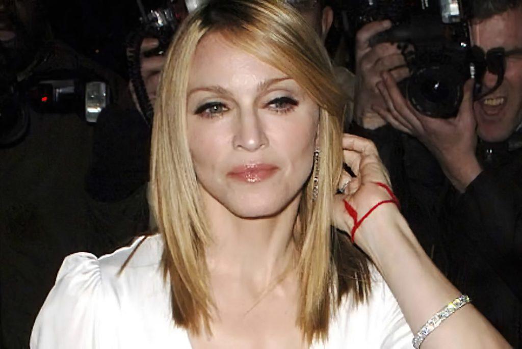 Мадонна с красной нитью на левой руке
