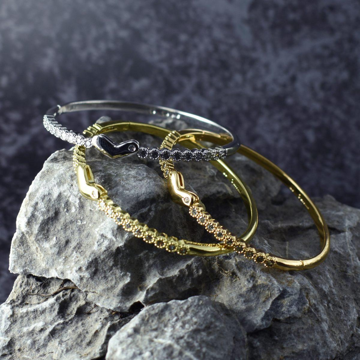 Набор дорогих женских браслетов