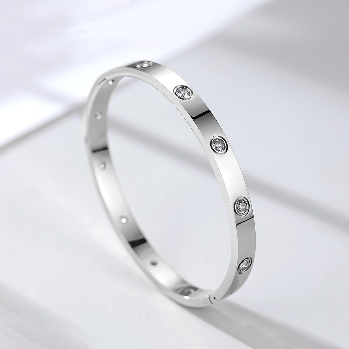 Красивый женский браслет с кристаллами