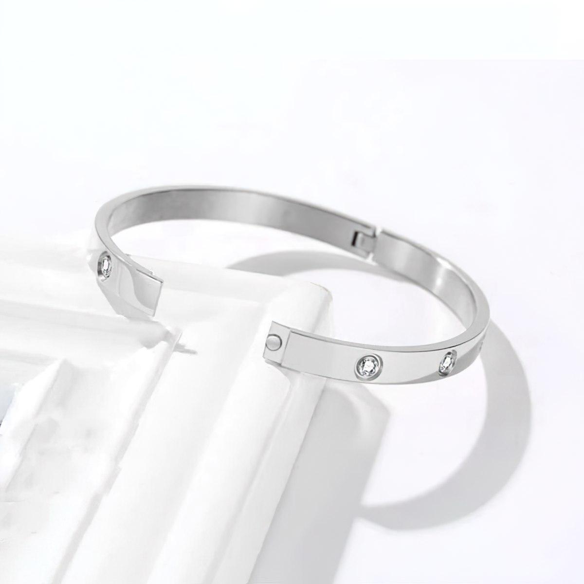 Засётжка женского браслета на руку стального
