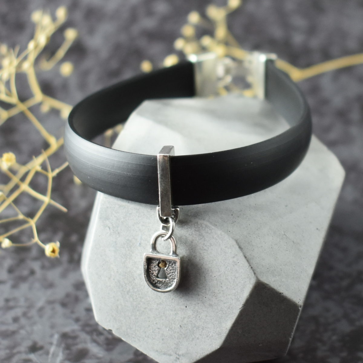 Чёрный браслет из каучука