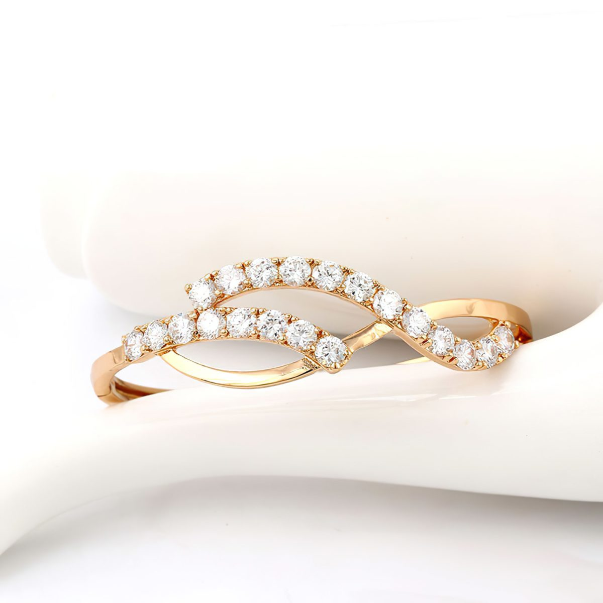 Модный золотой браслет на руку для девушки с кристаллами