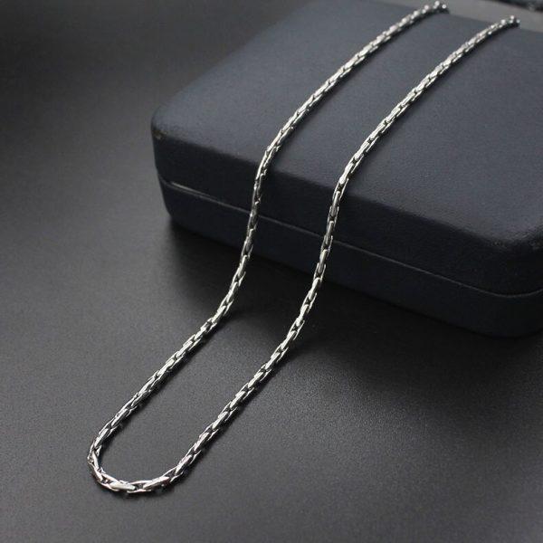 Серебристая цепочка с оригинальным плетением