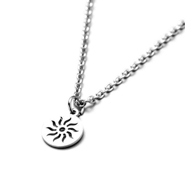 Серебристый круглый кулон в виде Солнца