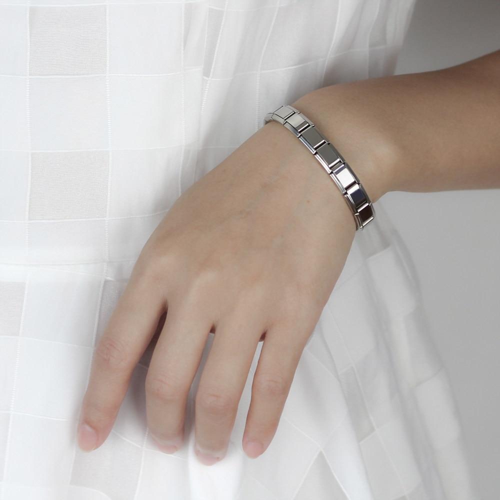 Серебристый браслетик на женской руке