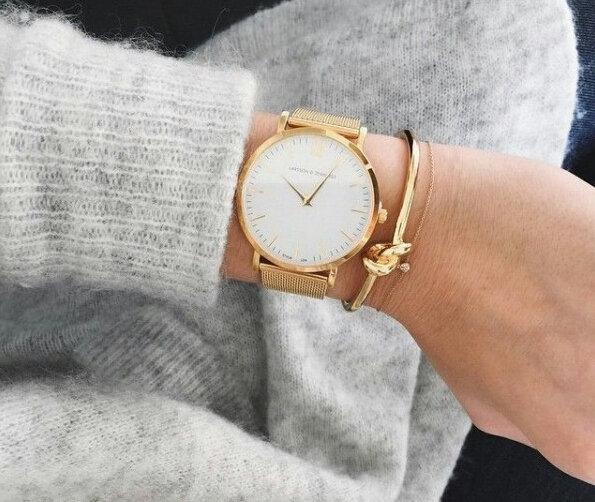 Часы на руке с браслетом